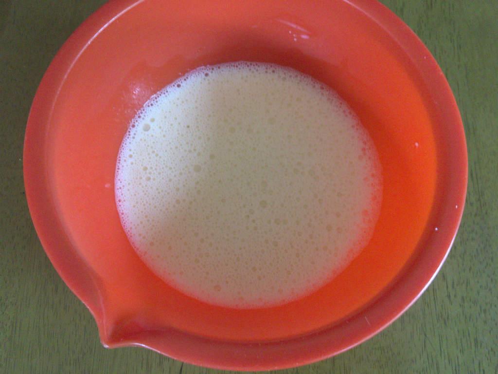 卵に牛乳、砂糖を混ぜる